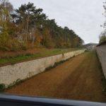 Graben der Anschlusslinie, oben die Südwestflanke der Wilhelmsburg XII
