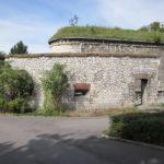 Rest der Escarpenmauer und Pfeiler des Ruhetaltors der Contregarde IX, dahinter die Doppelcaponniere der Kienlesbergbastion